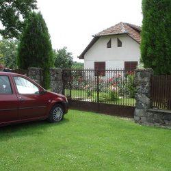 Casa profesorului Franțescu contrastează puternic cu ulița satului