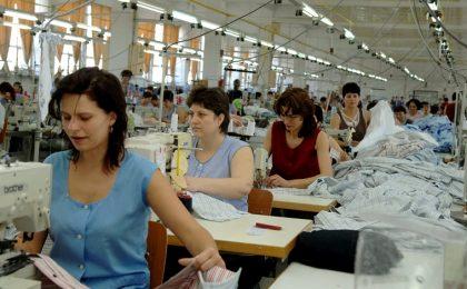 Vizita premierului Calin Popescu-Tariceanu in judetul Vaslui: vizitarea fabricii de confectii Barlad.