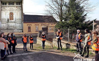 Voluntarii de la Acasă în Banat vor munci timp de trei zile pentru a renova 30 de fațade de case din Ilidia. Cum te poți implica