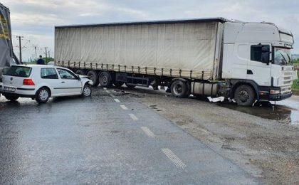 Circulație blocată în vestul ţării, după ce două autotrenuri și un autoturism s-au ciocnit violent