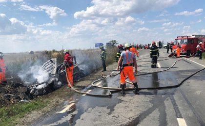 Accident grav în vestul țării. Vehicule în flăcări, victimă în stare de inconștiență (foto)