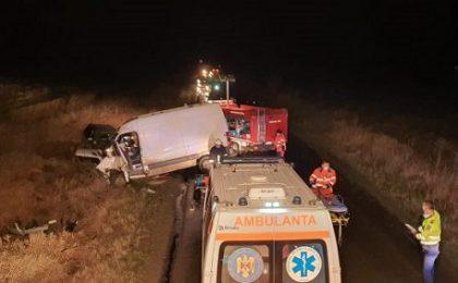 Accident grav în vestul țării: Un microbuz s-a ciocnit frontal cu un autoturism