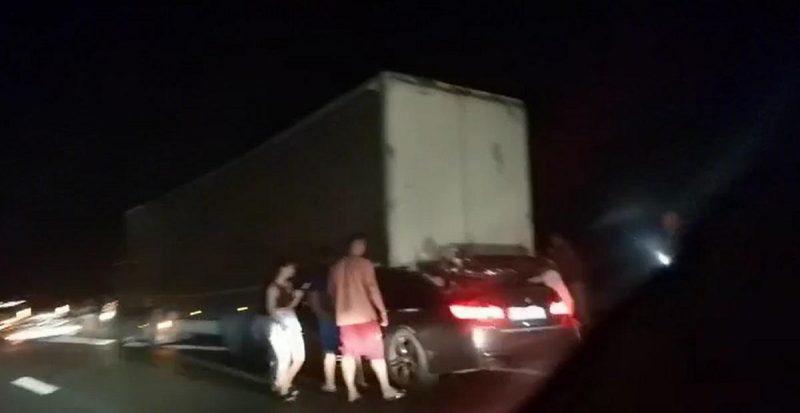 BMW cu volan pe dreapta, strivit sub TIR şi târât sute de metri pe autostradă. Şoferul a murit pe loc
