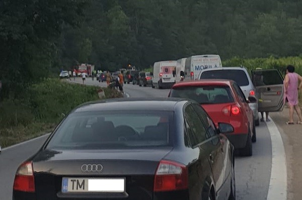 Accident pe un drum național din Banat. Trei victime, trafic blocat
