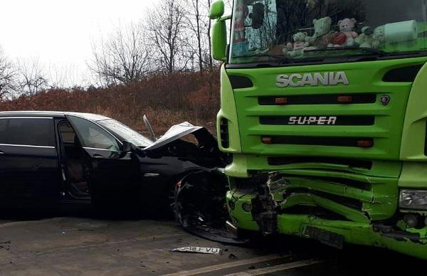 BMW-ul care s-a înfipt în tir, în Timiş, a intrat pe contrasens din cauza vitezei