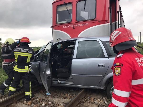 Accident feroviar lângă Timişoara. Maşină făcută zob de un tren, şofer inconştient