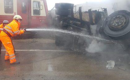 Accident îngrozitor în Timiş: un camion a luat foc după ce a fost izbit de tren. Foto