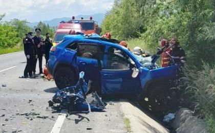 Accident mortal în vestul țării! Un autoturism s-a izbit frontal de un camion. Foto
