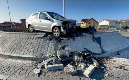 O șoferiță de 79 de ani s-a cocoțat cu mașina pe sensul giratoriu din Moșnița Nouă