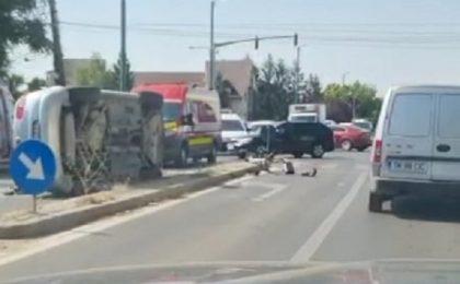 Video! Maşină răsturnată pe Calea Martirilor din Timişoara, în urma unui accident