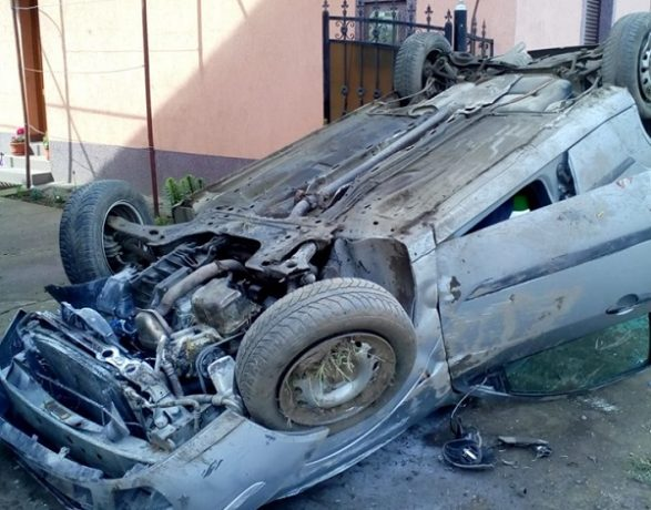 Accident în Timiş: maşină răsturnată, oameni răniţi