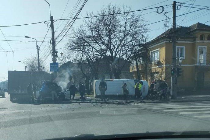 Accident grav în Timișoara: trei victime, o mașină răsturnată