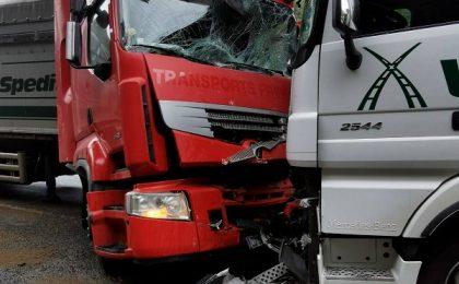 Două tiruri s-au ciocnit violent pe o şosea din Banat. Trafic dat peste cap. Foto