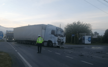 Accident grav între două TIR-uri, în vestul ţării! Traficul este blocat