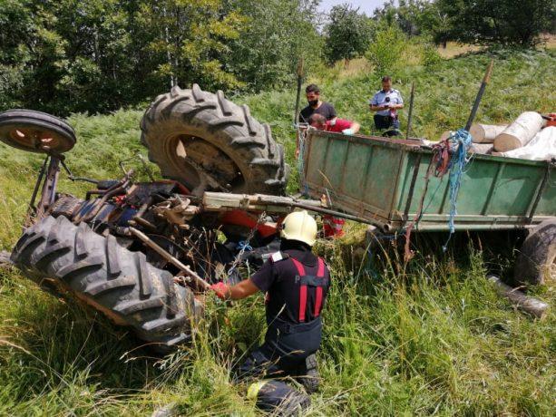 Accident cumplit: tractor răsturnat peste un bărbat (foto)