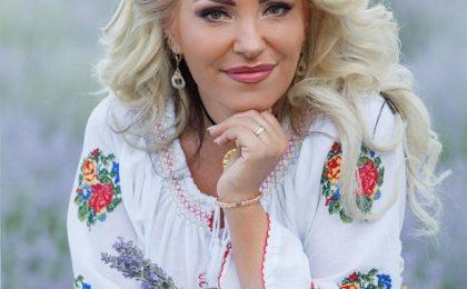 """Interpreta de muzică populară Adriana Curtu Voaidoș: """"Publicul se întoarce la folclorul autentic"""""""