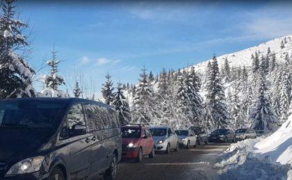 Aglomerație pe drumul spre Muntele Mic și în stațiune