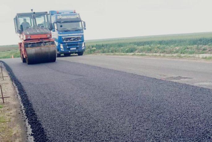În sfârşit! Se toarnă asfalt nou pe un drum care leagă