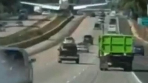 Momente de panică pe autostradă! Un avion a aterizat printre mașini – VIDEO