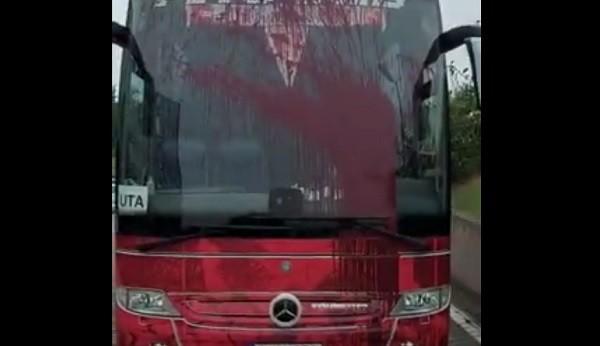 Autocarul fotbaliştilor de la UTA, vandalizat de suporteri ai rapidului. Video