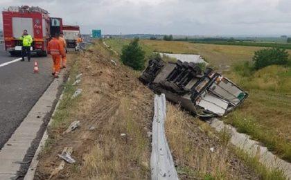 Autotren răsturnat pe autostradă, în Timiş. Trafic dat peste cap