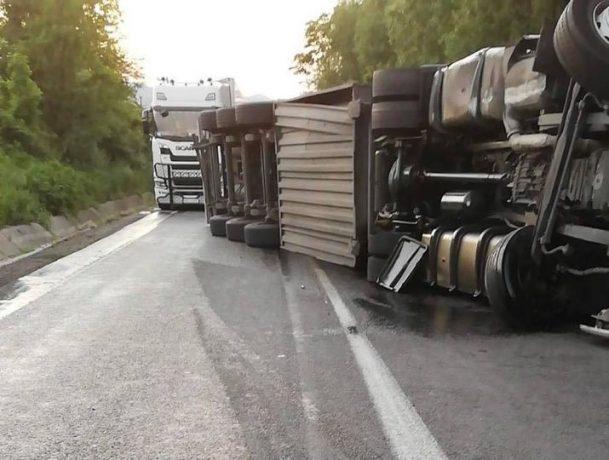 Autotren răsturnat pe DN6, trafic dat peste cap