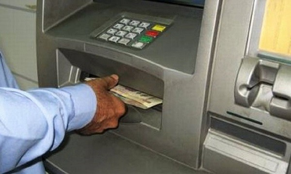 """Un român și-a lăsat cardul în bancomat şi 5.000 de euro în fanta aparatului: """"Cetăţeanul o luase la fugă"""""""