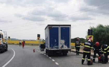 Video! La un pas de tragedie, în vestul țării: 14 butelii au căzut dintr-un TIR, iar una a ajuns sub o mașină