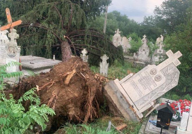 Cimitir răvășit de o vijelie, în jumătatea de vest a țării