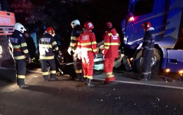 Accident cu 4 morți în Banat, după ce o mașină s-a izbit puternic de un TIR