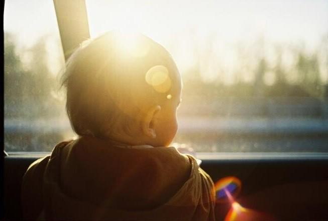 Copil de 2 ani, lăsat încuiat în mașină, pe o stradă, în vestul țării. O persoană l-a auzit plângând și a chemat pompierii