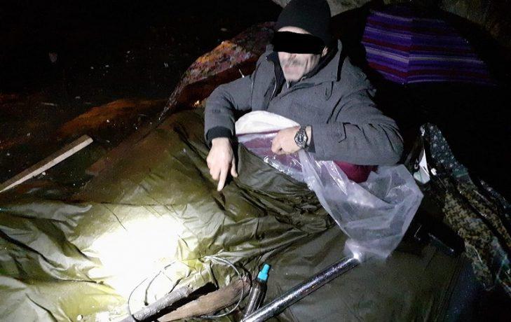 Un bărbat care și-a amenajat un culcuş în Parcul Civic din Timişoara, dus la adăpost de poliţiştii locali