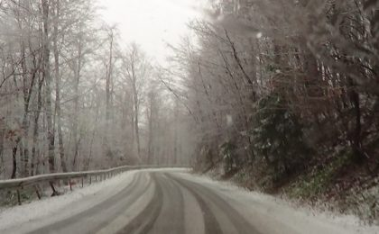 Ploi, ceață, lapoviță și ninsoare pe drumurile din țară. Condiții de ninsoare ușoară pe arterele rutiere din Timiș și Caraș-Severin. Polițiștii recomandă prudență