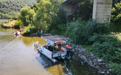 Ebisu, prima ambarcațiune de colectare a deșeurilor din Europa, 100% electrică, a colectat 900 kg de deșeuri la Orșova