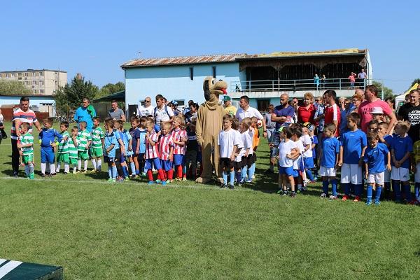 fotbal copii1 Toamna se numara si bobocii de pe gazon.