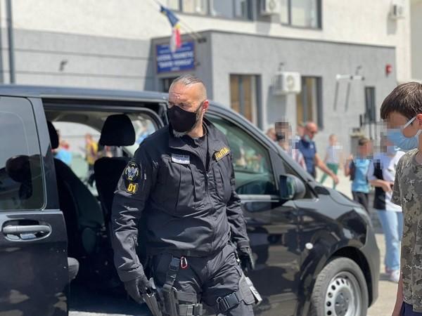 """Elevii din Giroc, față în față cu """"mascații"""" Poliției Timiș"""