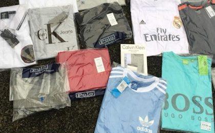 Captură masivă de îmbrăcăminte și accesorii contrafăcute, în vestul țării