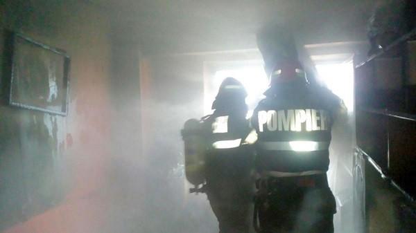 Tragedie în vestul țării. O femeie a murit în apartamentul cuprins de un incendiu care a pornit de la o veioză