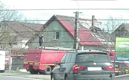 Casă cuprinsă de flăcări la Becicherecu Mic. Au intervenit mai multe echipaje de pompieri, trafic deviat