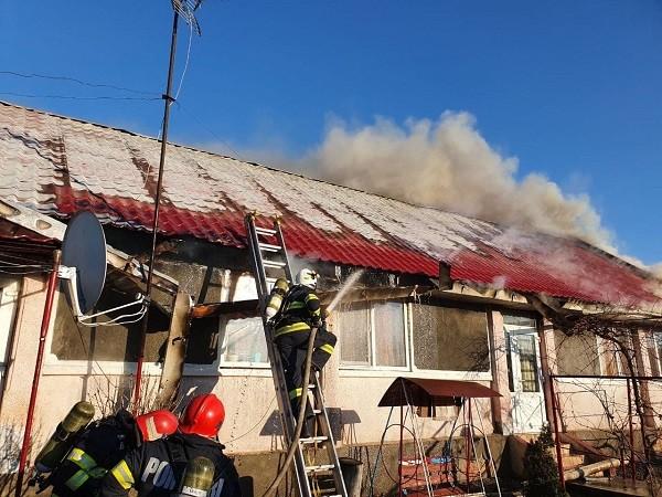 O casă a fost cuprinsă de flăcări la Beregsău Mic, iar o mașină a ars ca o torță pe autostrada A1 (foto)