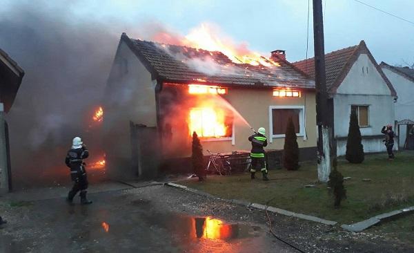 Casă distrusă de un incendiu, într-o localitate din Timiş
