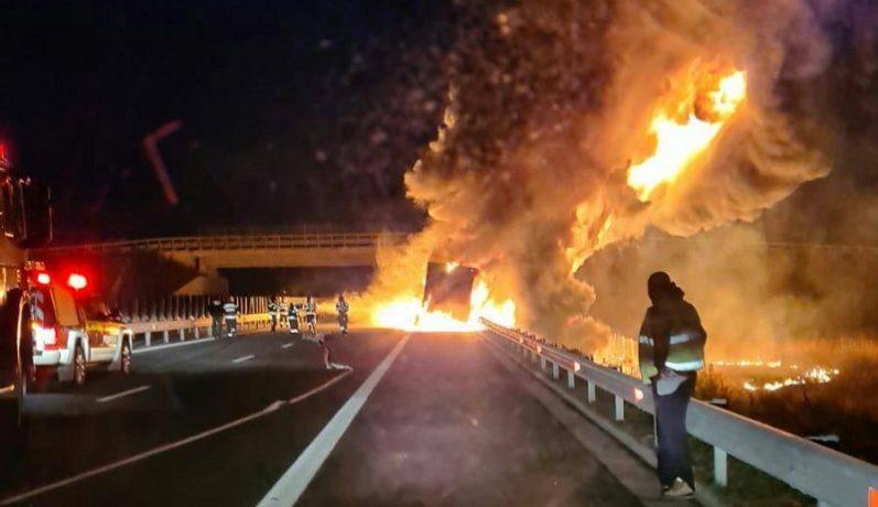 Panică pe autostradă! Flăcări uriaşe, în apropiere de Timişoara