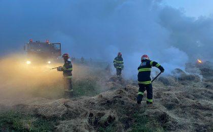 Mai mulți baloți de fân au fost cuprinși de flăcări