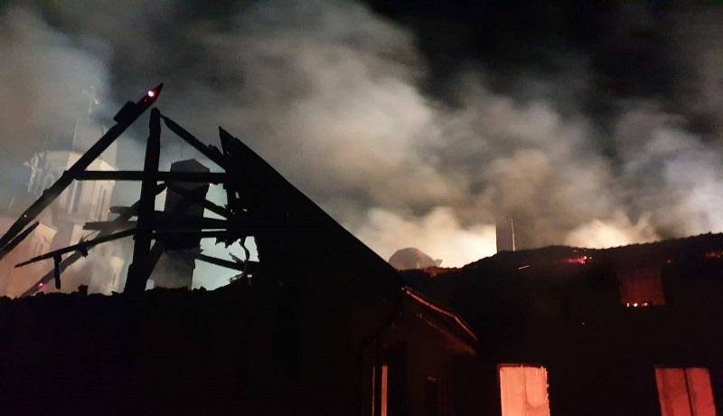 Imagini teribile cu incendiul care a făcut scrum clădirea Primăriei Pietroasa