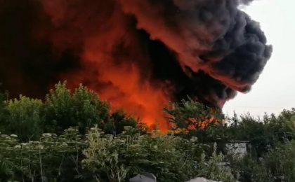 Incendiu puternic la un depozit din vestul țării. Oamenii, avertizați să închidă geamurile prin Ro-Alert (video)