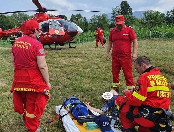 Video! Bărbat prins sub un copac, salvat după o intervenție cu elicopterul SMURD și adusă la Timișoara