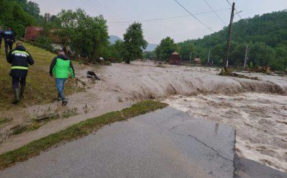 Drum național închis circulației în județul Alba, din cauza aluviunilor. Peste 200 de persoane și-au petrecut noaptea în căminul cultural