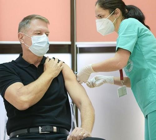 Klaus Iohannis s-a vaccinat anti-Covid: Este o procedură simplă, nu doare/ Recomand tuturor vaccinarea. Video!