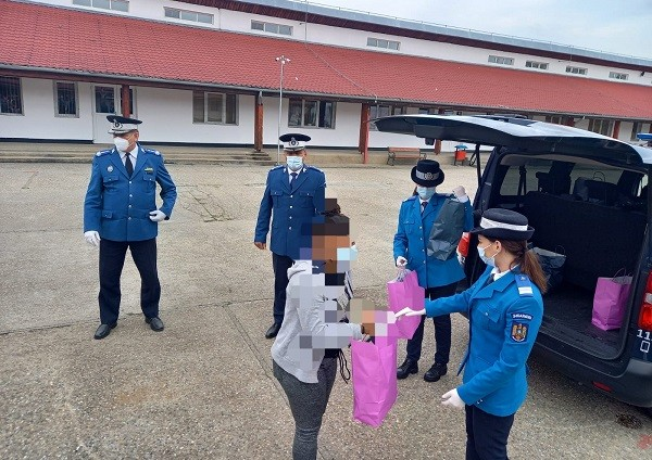 Gest nobil: cadouri de Paști din partea jandarmilor timișeni pentru copiii unui centru de plasament
