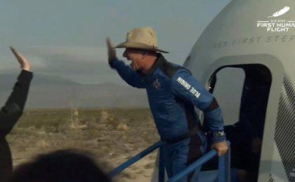 Jeff Bezos, călătorie istorică de 10 minute în spaţiu. Prima reacție la întoarcerea pe pământ. Video